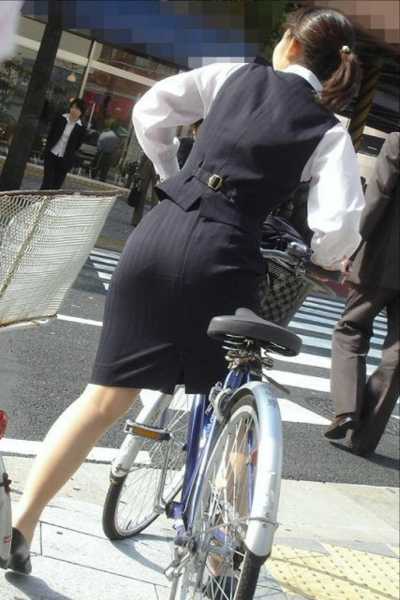 美脚OLの三角をくっきりの自転車街撮り盗撮エロ画像5枚目