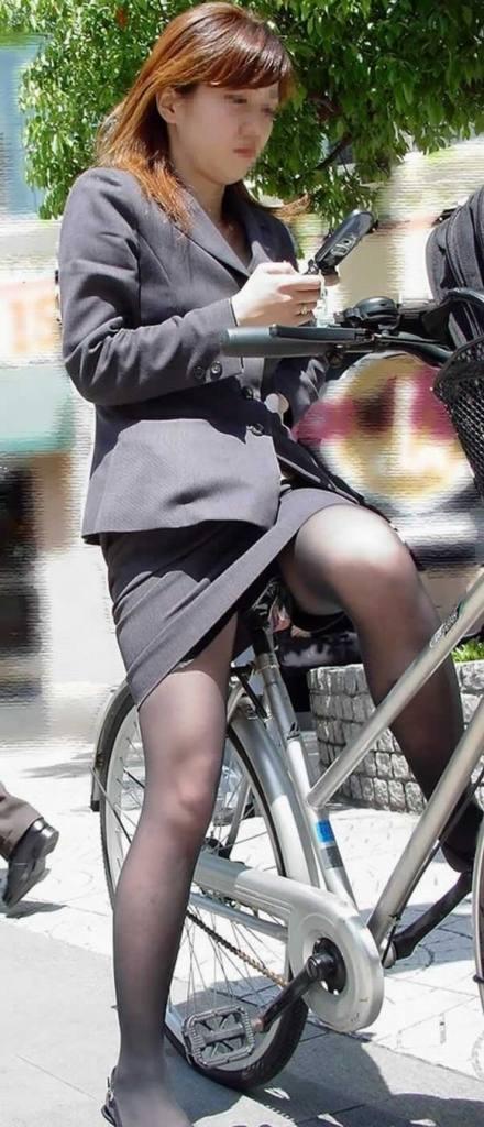 美脚OLの三角をくっきりの自転車街撮り盗撮エロ画像7枚目