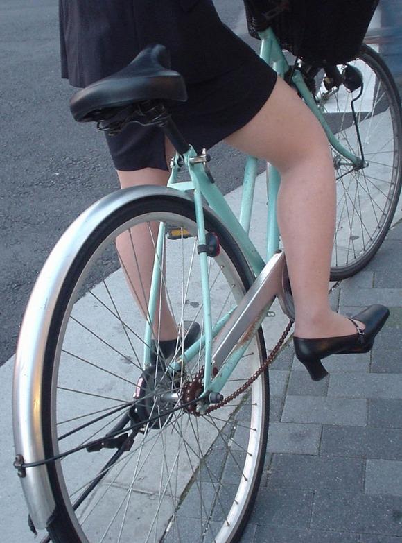 美脚OLの三角をくっきりの自転車街撮り盗撮エロ画像8枚目