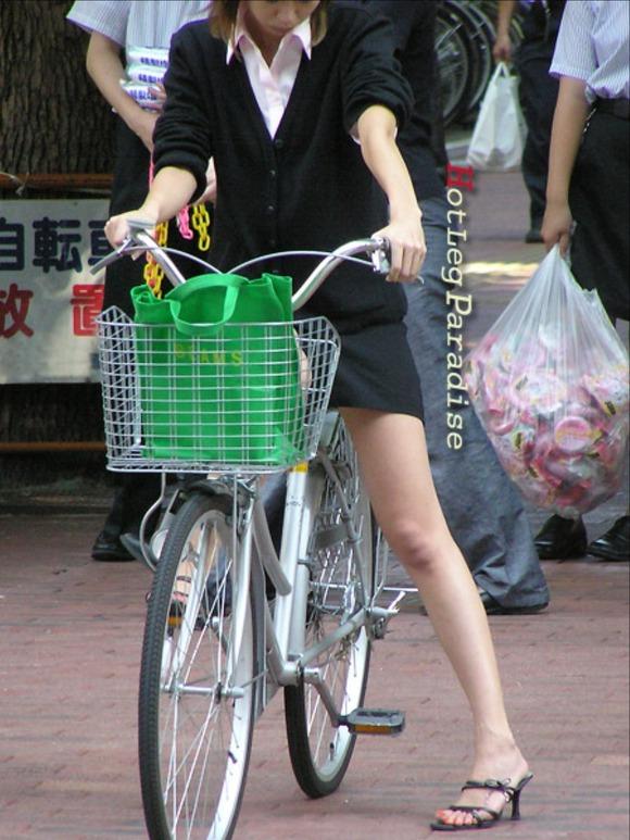 美脚OLの三角をくっきりの自転車街撮り盗撮エロ画像9枚目
