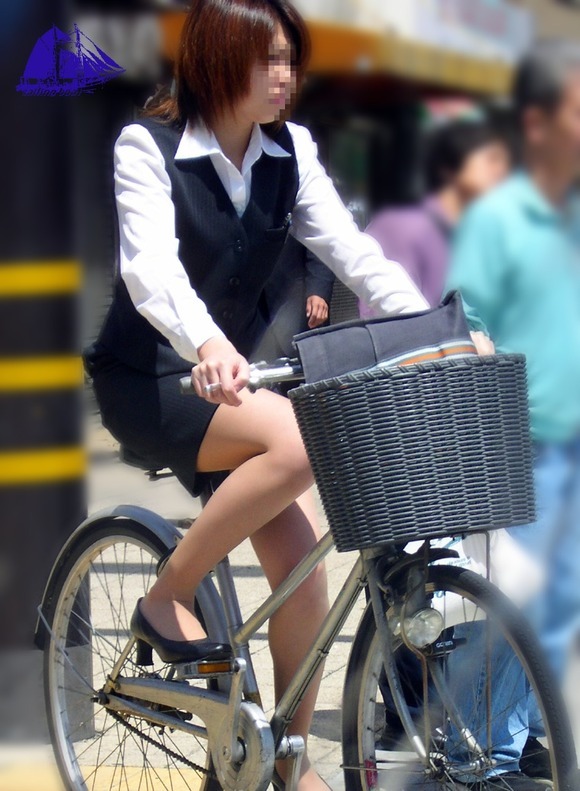 美脚OLの三角をくっきりの自転車街撮り盗撮エロ画像13枚目