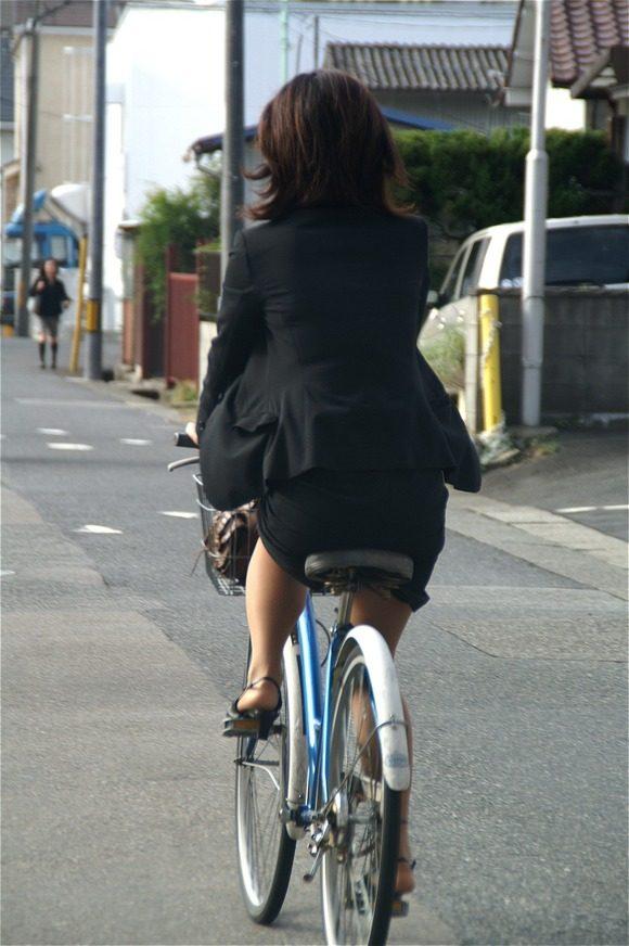 美脚OLの三角をくっきりの自転車街撮り盗撮エロ画像16枚目