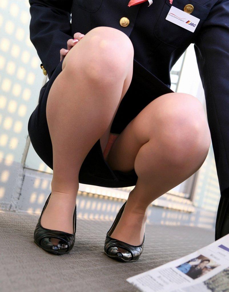 金髪外国人CAのタイトスカート国際線制服の盗撮エロ画像3枚目