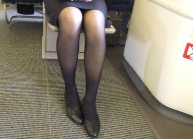 素人CAを騙してタイトスカート逆さ盗撮エロ画像10枚目