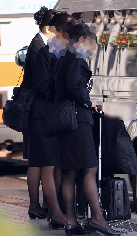 素人CAを騙してタイトスカート逆さ盗撮エロ画像13枚目