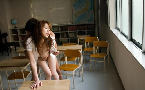 女教師が生徒の親御さんに教室でレイプされたエロ画像12枚目