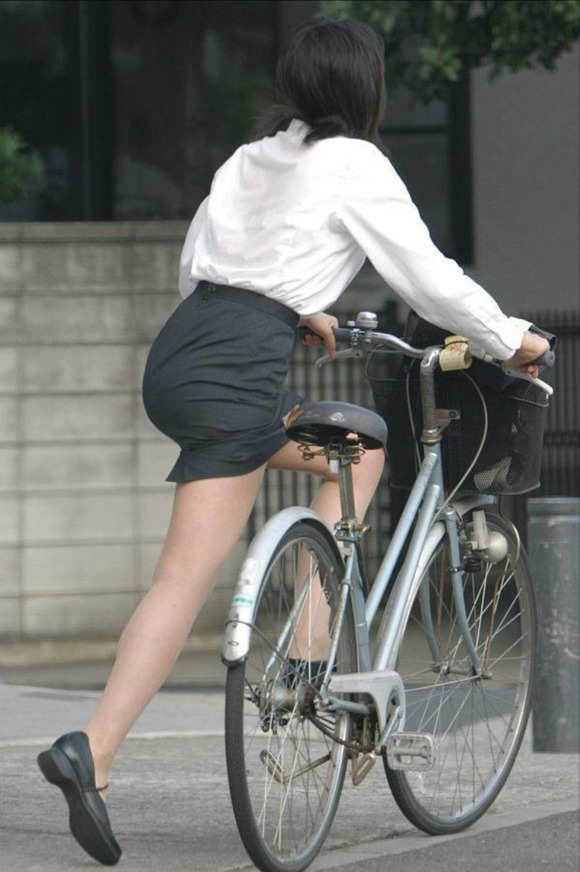 美脚OLの極限にたくし上がった自転車タイトミニエロ画像1枚目