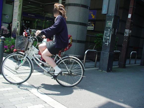 極限までたくし上がったOL自転車のタイトミニ画像3枚目