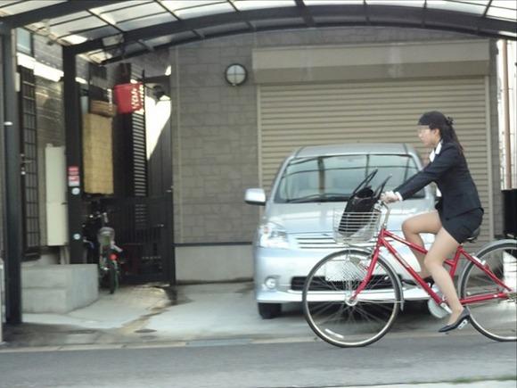 美脚OLの極限にたくし上がった自転車タイトミニエロ画像4枚目