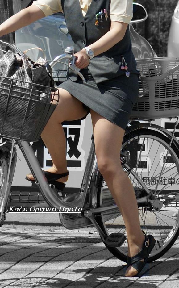 極限までたくし上がったOL自転車のタイトミニ画像6枚目
