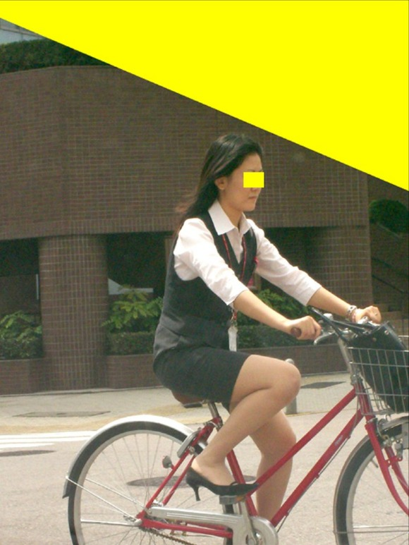 美脚OLの極限にたくし上がった自転車タイトミニエロ画像7枚目