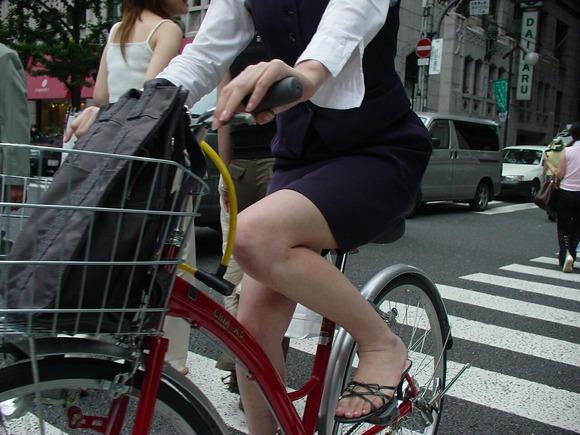 極限までたくし上がったOL自転車のタイトミニ画像8枚目