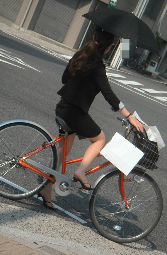 極限までたくし上がったOL自転車のタイトミニ画像10枚目