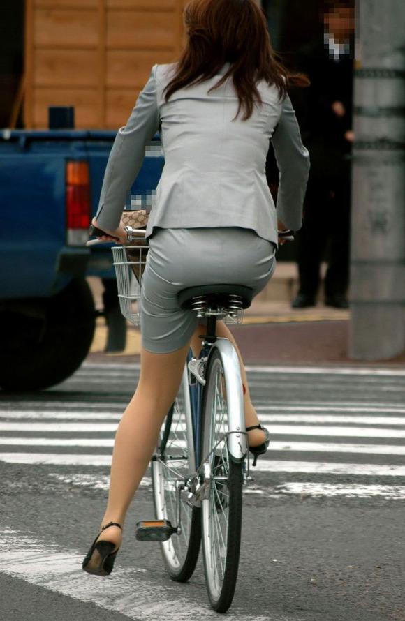 極限までたくし上がったOL自転車のタイトミニ画像15枚目