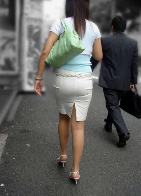 街で盗撮されたタイトスカートのOL達のエロ画像1枚目