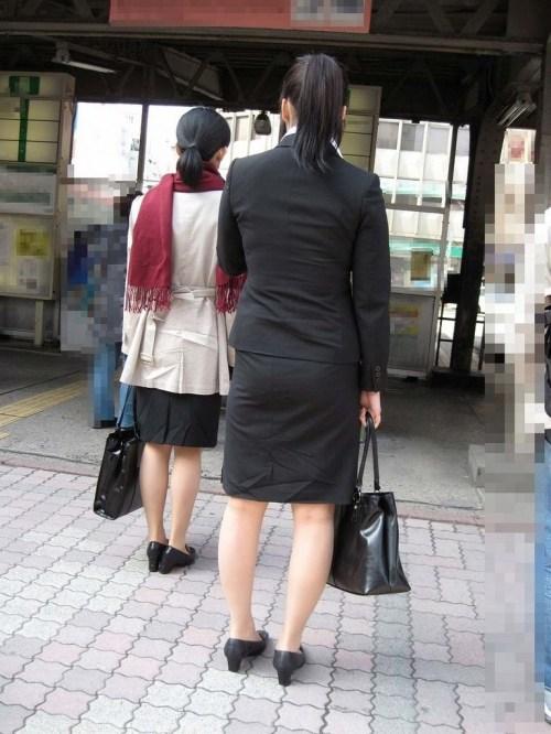 街で盗撮されたタイトスカートのOL達のエロ画像2枚目