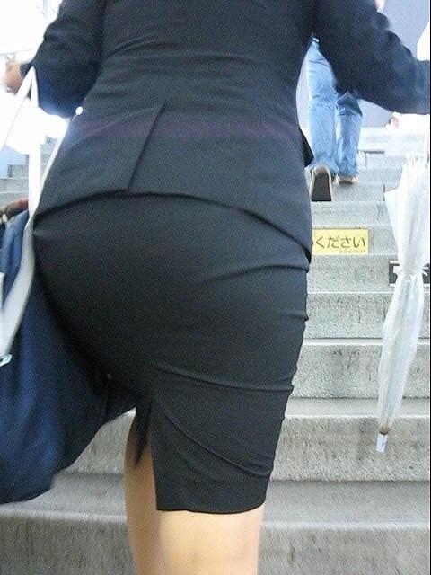 街で盗撮されたタイトスカートのOL達のエロ画像4枚目