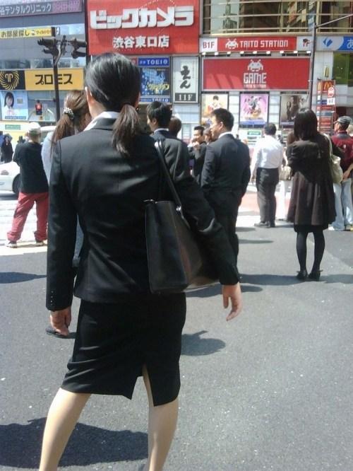 街で盗撮されたタイトスカートのOL達のエロ画像7枚目