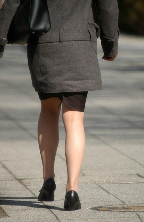 街で盗撮されたタイトスカートのOL達のエロ画像8枚目
