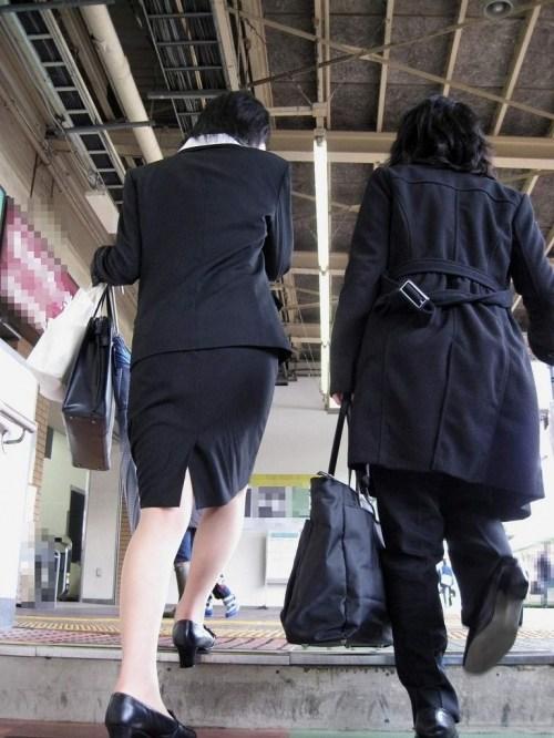 街で盗撮されたタイトスカートのOL達のエロ画像9枚目