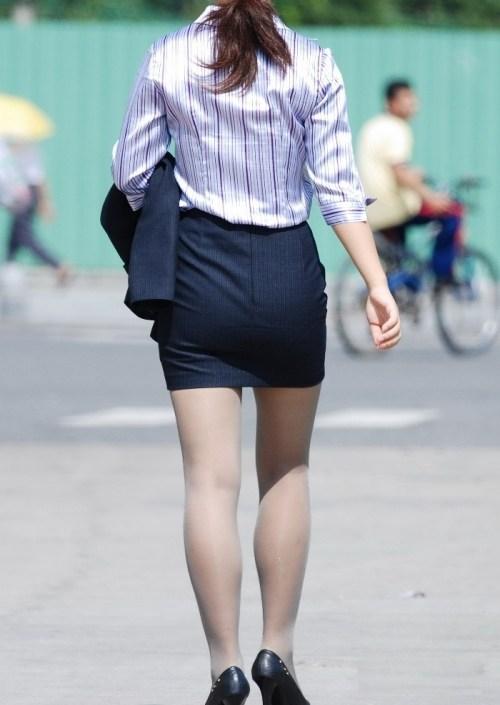 街で盗撮されたタイトスカートのOL達のエロ画像10枚目