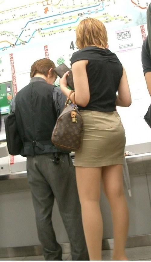 街で盗撮されたタイトスカートのOL達のエロ画像11枚目