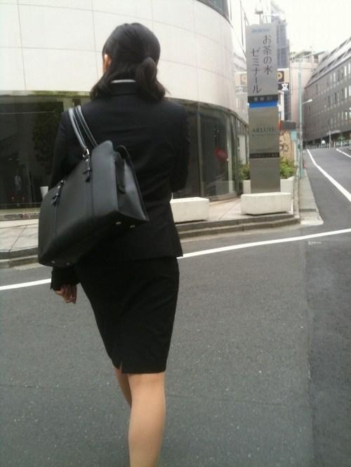 街で盗撮されたタイトスカートのOL達のエロ画像14枚目