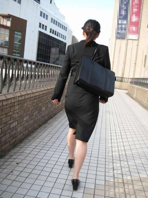 OL達の街で盗撮されたタイトスカートの喰い込みエロ画像15枚目