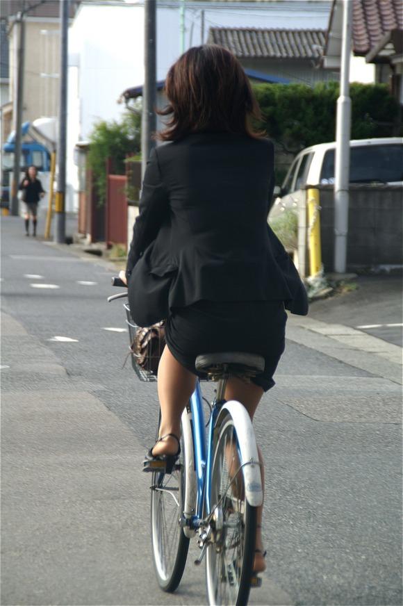 リクスーの新卒OLが自転車で三角パンチラのエロ画像2枚目