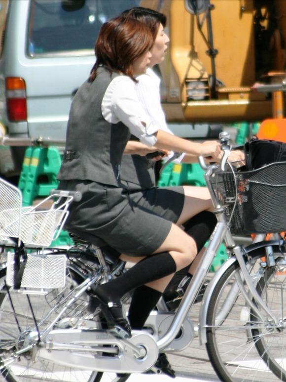 リクスーの新卒OLが自転車で三角パンチラのエロ画像9枚目