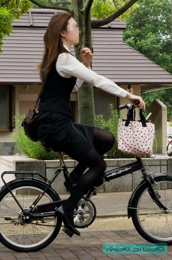 リクスーの新卒OLが自転車で三角パンチラのエロ画像10枚目