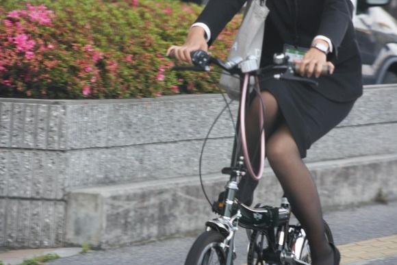 リクスーの新卒OLが自転車で三角パンチラのエロ画像12枚目