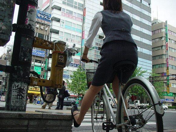 リクスーの新卒OLが自転車で三角パンチラのエロ画像13枚目
