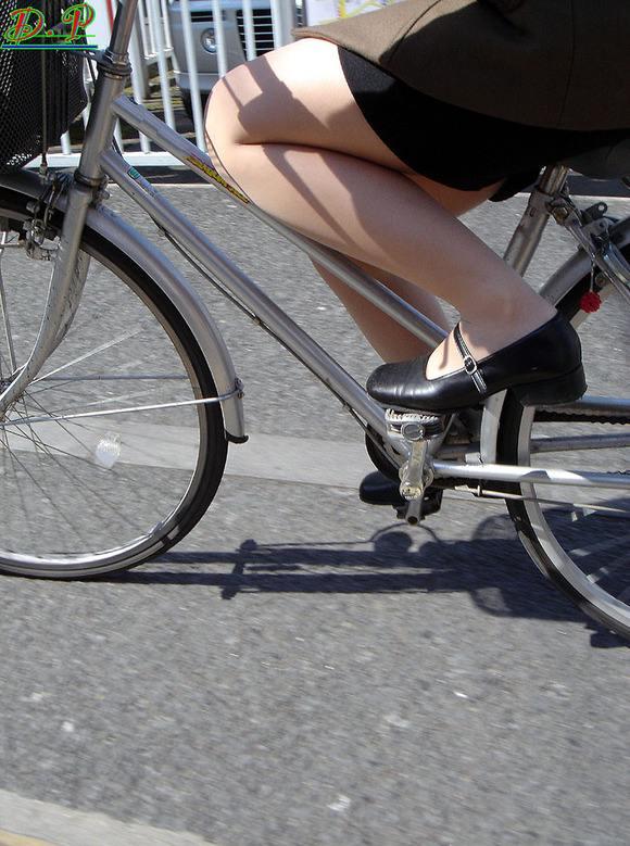 リクスーの新卒OLが自転車で三角パンチラのエロ画像15枚目