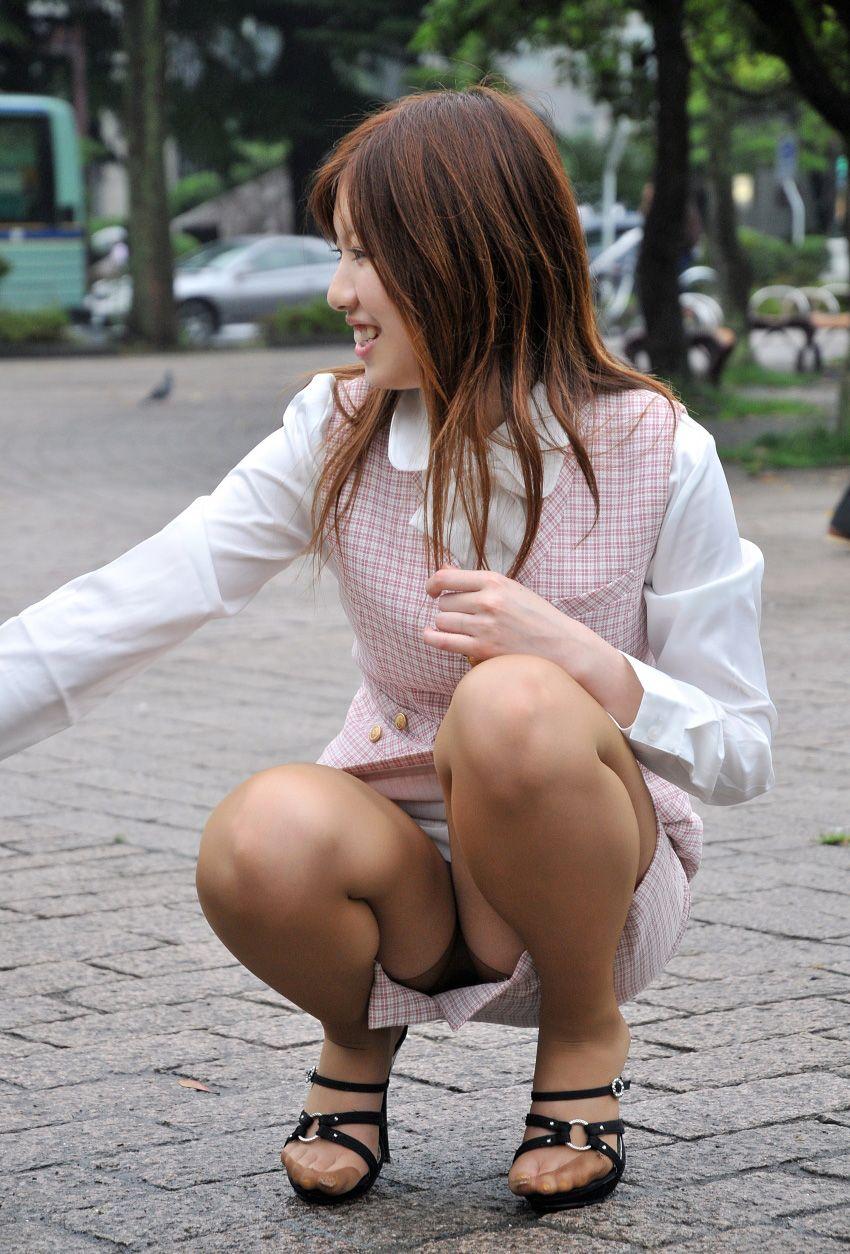 ビッチOLのタイトスカートから覗く美脚パンストエロ画像7枚目