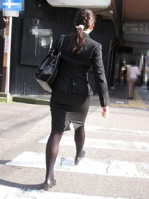 ぴったりミニスカートOLのパンティライン盗撮画像4枚目