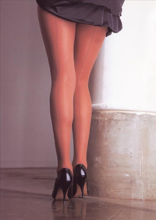 ビッチOLの美脚とハイヒールの組み合わせの誘惑エロ画像11枚目