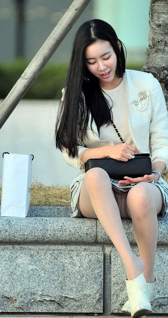 私服OLのタイトスカートの三角パンモロ盗撮エロ画像16枚目