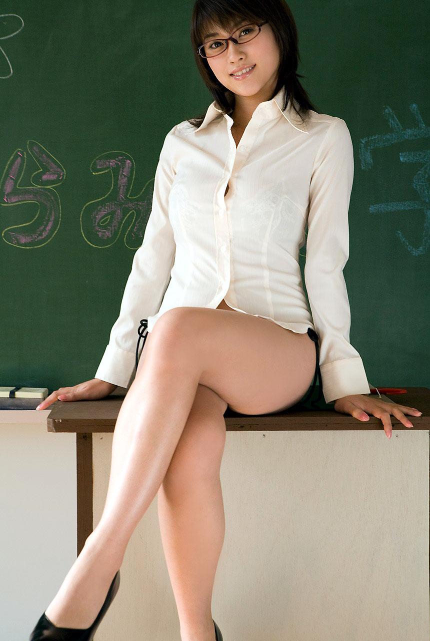 淫乱女教師が胸のブラウス谷間で生徒を誘惑するエロ画像3枚目