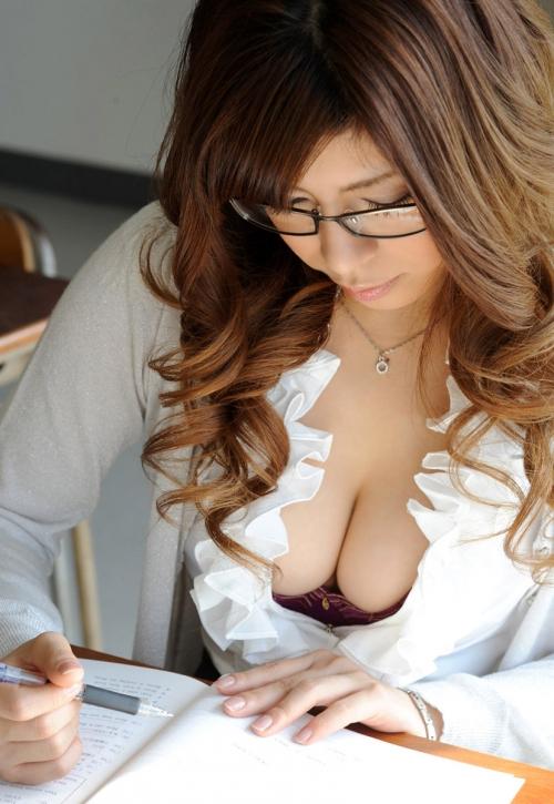 淫乱女教師が胸のブラウス谷間で生徒を誘惑するエロ画像8枚目