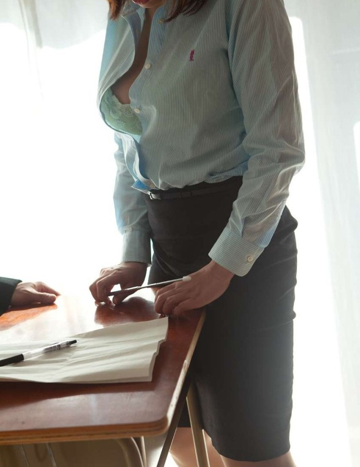 淫乱女教師が胸のブラウス谷間で生徒を誘惑するエロ画像16枚目