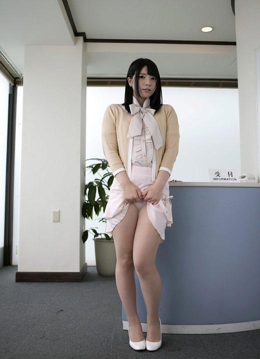 スーツの谷間を安易に見せる淫乱OLのエロ画像12枚目