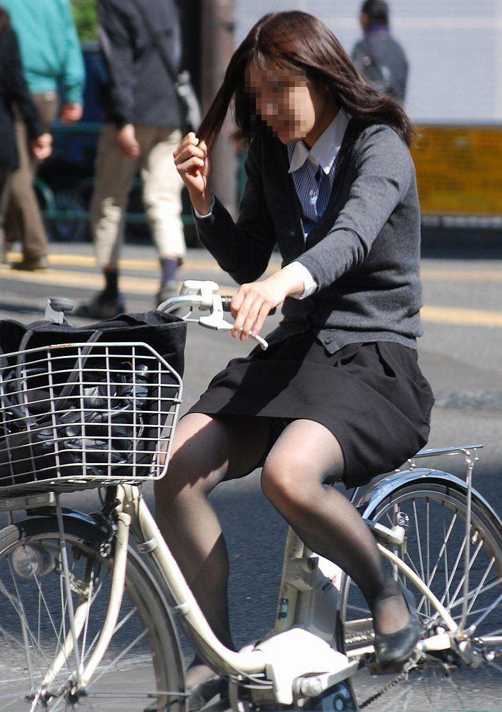 片手運転の自転車OLの三角パンチラ盗撮エロ画像1枚目