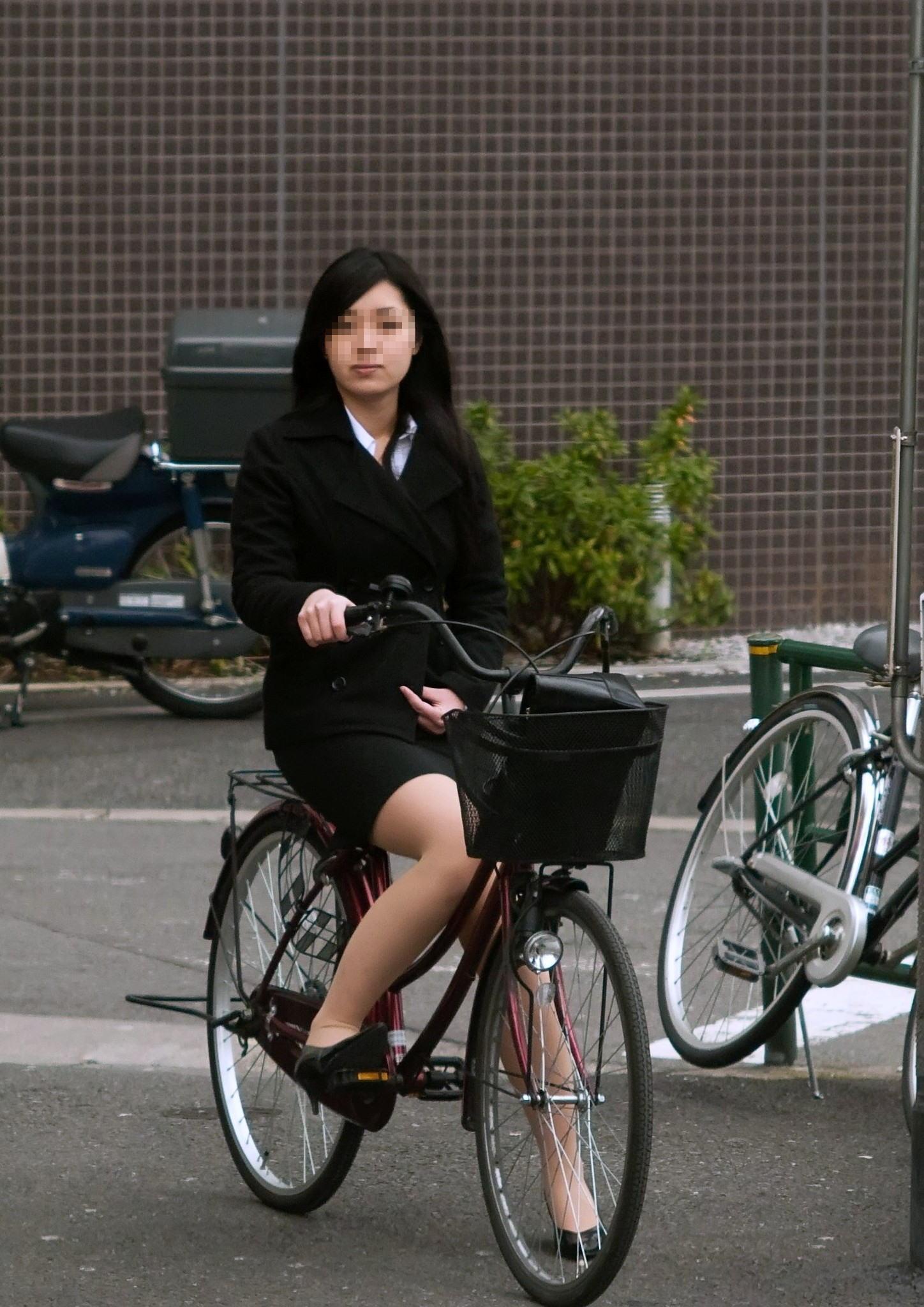 片手運転の自転車OLの三角パンチラ盗撮エロ画像2枚目