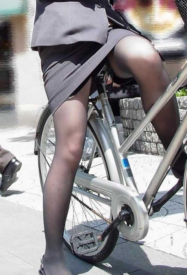 片手運転の自転車OLの三角パンチラ盗撮エロ画像4枚目