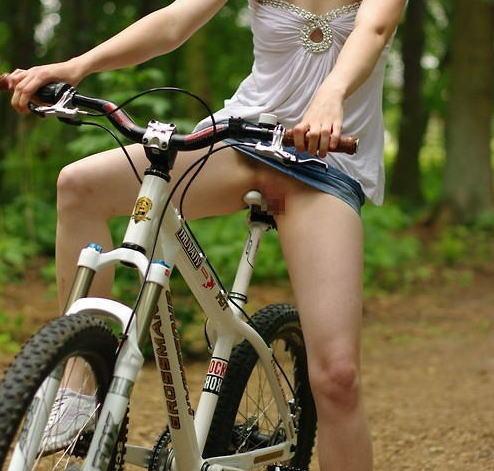 片手運転の自転車OLの三角パンチラ盗撮エロ画像11枚目