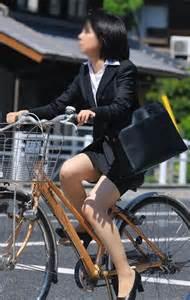 片手運転の自転車OLの三角パンチラ盗撮エロ画像14枚目