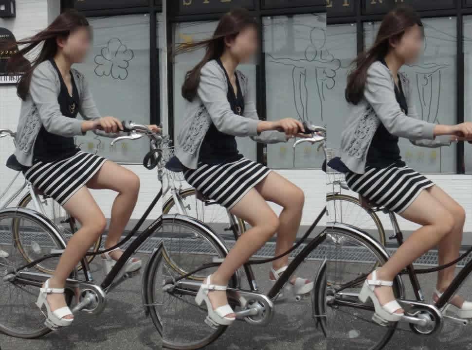 素人OLのめくれたタイトミニパンモロ自転車盗撮エロ画像1枚目