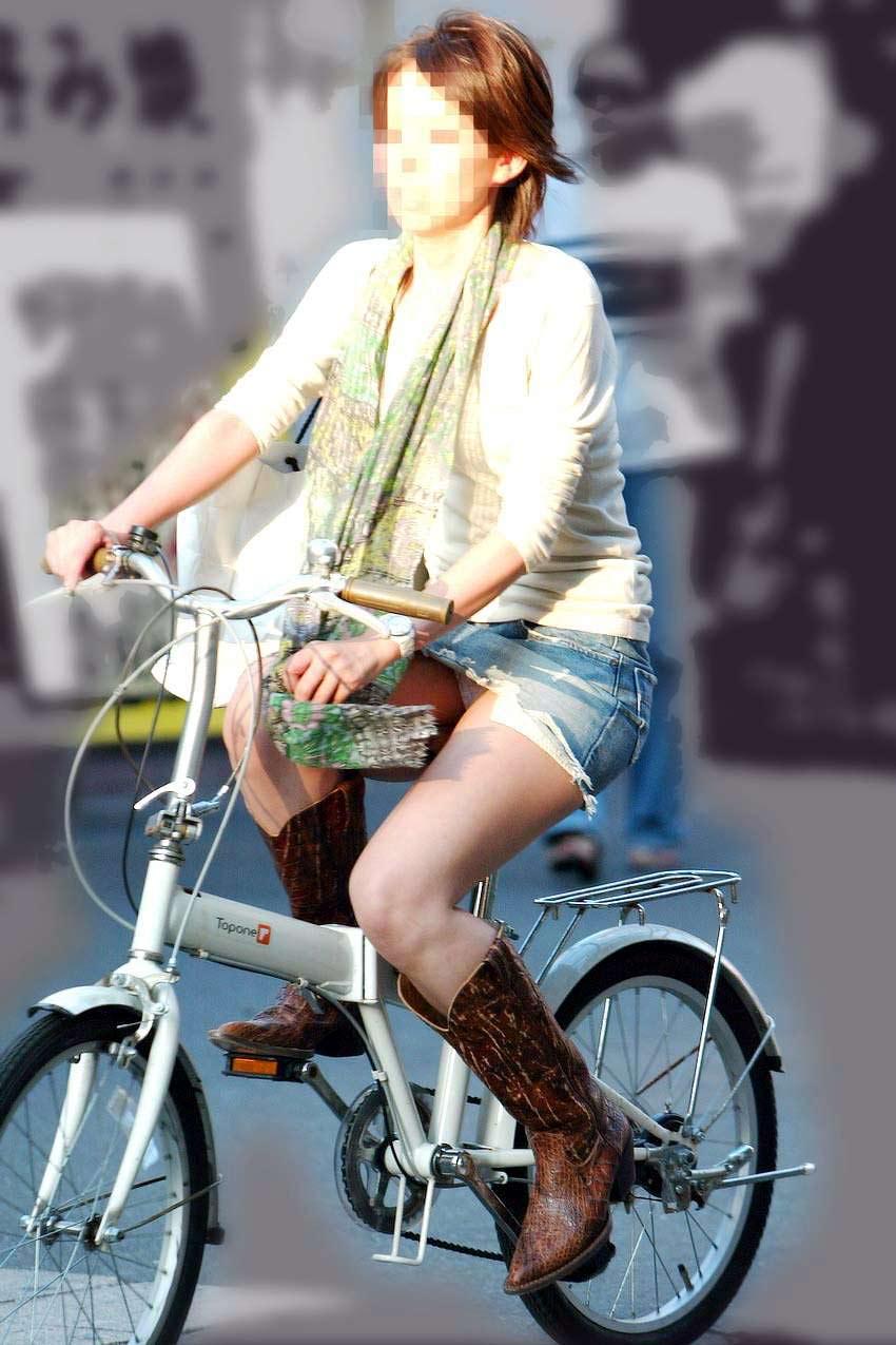 素人OLのめくれたタイトミニパンモロ自転車盗撮エロ画像3枚目