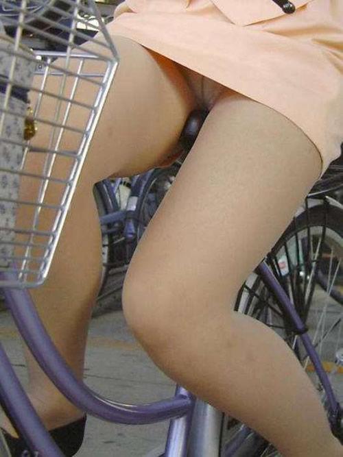 素人OLのめくれたタイトミニパンモロ自転車盗撮エロ画像8枚目